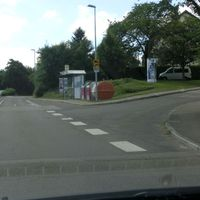 Einseitige Messung igO ortsauswärts FR Schornbach nach einer Bushaltestelle. Wenn man die Lichtschranke so schön verstecken kann, braucht man nicht mal ein Tarnnetz :o)