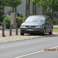 hellgrauer VW Variant HVL L 108 in der 30ziger Zone -Hauptstr.19 gegenüber der dortigen Grundschule. Blitzt in beide Fahrtrichtungen. Gut zu sehen, zumal dort auch  noch eine Meßtafel auf die gefahrene Geschwindigkeit aufmerksam macht.  Ansicht Richtung Dorfteich