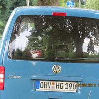 Heute mal alleine - hellblauer VW Caddy steht unmittelbar vor der Florastr. blitzt Richtung Ortsausgang von Schildow.