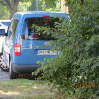 hellblauer VW Caddy OHV - HG 190 steht in der 30ziger Zone Höhe Kindergarten und blitzt in Fahrtrichtung Reiterhof - Glienicke