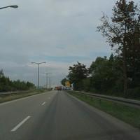 Abfahrt Osttangente Richtung Max Planck Str (Richtung BMW Werk) direkt nach der Kurve. Der Blitzer ist nicht zu erkennen. Tempo 50 !!