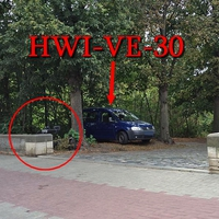 B 81 Harmoniestraße in Halberstadt, stadteinwärts. Der blaue VW Caddy (HWI-VE-30) hat das Blitzgerät diesesmal extern aufgebaut. An einer Mauer. 50 kmh.