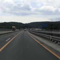 Messung auf der Engelsbach Talbrücke der A45 im Wetzlarer Kreuz, Fahrtrichtung Süd, 80 in der Baustelle, Messfahrzeug durch Warnblinklicht freundlich auffällig :o)