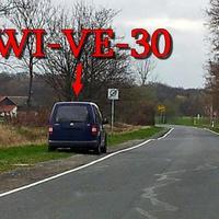 Blauer VW Caddy (HWI-VE-30) steht kurz vorm OA Stapelburg gegenseitig Richtung Abbenrode. 30 kmh.
