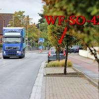 Blitzer in Wolfenbüttel, Ahlumer Straße, stadteinwärts nach der Bushaltestelle noch vor dem Kreisverkehr. Auf der rechten Seite in den Parkbuchten steht der dunkelgraue Skoda Roomster (WF-SO-42). 50 kmh.