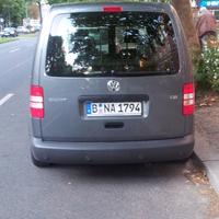 rechte Fahrbahnseite  grauer VW Caddy  Kennzeichen: B NA 1794