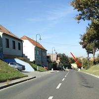 rechts, kurz nach Ortseinfahrt, von Korneuburg kommend