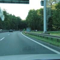 wieder mal Rtg. Norden fahrend, vom Seelhorster Kreuz kommend! Zwischen den Lamellen versteckt, der Bus stand hinter den Büschen