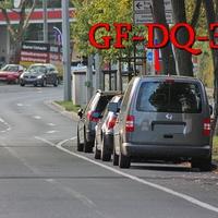 Dunkelgrauer VW Caddy Maxi (GF-DQ-384), nach dem Hauptfriedhof ,stadteinwärts. Auf der rechten Seite auf dem Parkstreifen. 50 kmh