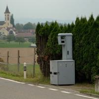 Ausgangs Dietingen (Ende 60er Zone) Richtung Uesslingen rechts in einer kleinen Einfahrt, geschützt durch Büsche. Danach wieder freies Feld.