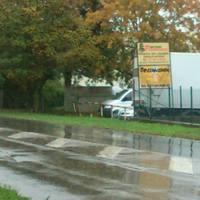 Blitzer ganz leicht sichtbar hinter dem silbernen Bus - die Ecke, die herausschaut.
