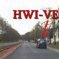 Der blaue VW Caddy (HWI-VE-80) auf der Hans Neupert Straße.