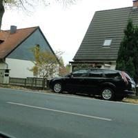 bekannter Wagen, Ford Focus HI IZ 978 in Wendhausen Rtg. HI fahrend bei 50, die Tonne direkt hinterm Auto versteckt