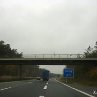 Am linken Teil der Brücke befindet sich noch die dritte Kamera, die allerdings schwer erkennbar ist. Rechts ab führt die Ausfahrt auf die B 22 in Richtung Bamberg.