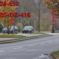 Blitzer auf der Theodor Heuss Straße an der VW Halle wir gelasert. 50 kmh. Die beiden Zivilsteifenwagen (VW Touran dunkelblau 2.0L (BS-CM-652) und der blaue VW Golf 6 Variant (BS-DZ-416) stehen versteckt aus Fahrtrichtung, hinter einer Hecke