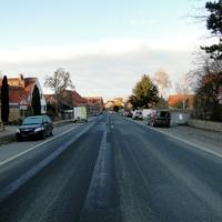 Ortseingang Groß Lafferde aus BS kommend Rtg. HI fahrend, 50kmh! Kaum zu erkennen, da mitten zwischen geparkten Autos!