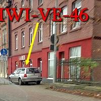 Auf der Magdeburger Straße (B 81) in Halberstadt, stadtauswärts. Auf der rechten Seite bei dem Nightclub Lamour Halberstadt, steht der silberne VW Golf 4 Variant (HWI-VE-46). 50 kmh.