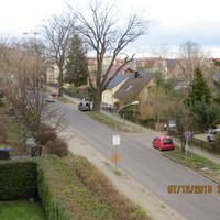 grauer VW Caddy  Schönfließer Str. vor 8  hinter einem dicken Baum  - blitzt in beide Richtungen -   HVL L 108