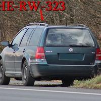 Der waldgrüne VW Golf 4 Variant (HE-RW-323), kurz hinter der A 2 Brücke bei Wendhausen, Fahrtrichtung Braunschweig. 60 kmh erlaubt.