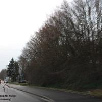 """größer angelegte Lasermessung der Polizei, angehalten wurde im kleinen Stichweg gegenüber des Meßfahrzeugs (beides markiert); in diesem Fall die Meßstelle von """"hinten"""" fotografiert."""
