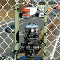 Blickwinkel der zweiten Kamera. Der LKW auf dem mittleren Fahrstreifen dürfte für eine Geschwindigkeitsüberschreitung ebenfalls belangt werden.