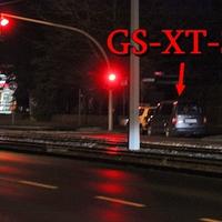 Altbewährte Stelle, Berliner Straße höhe der Total Tankstelle, noch vor der Fußgängerampel. Dort steht der graue VW Caddy Maxi (GS-XT-318), rechte Seite auf dem Parkstreifen. 50 kmh.