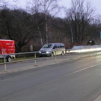 der Mercedes der Stadt EF einwärts fahrend