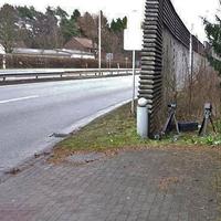 Blitzer auf der B 27 / B 243 am OA Herzberg rtg Bad Lauterberg, auf der rechten Seite am Anfang der Schallschutzmauer, in höhe Fa. Pfeffer. 50 kmh. (Vorm Kreuzungsbereich Hebbelstraße). Grauer VW Caddy steht immer hinter Schallschutzwand auf dem Parkplatz.