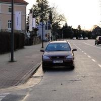 einwärts fahrend der Opel (PE T 189), war für Kenner auffällig geparkt, etwas hinter dem Autohaus