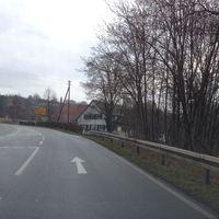 """ESO etwa 100 Meter nach der """"normalen"""" Meßstelle aufgebaut. Weil der Stadt FR Renningen @50 igO. Meßfahrzeug heller VW Bus in der Zufahrt eines Bauernhofs."""