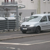 Der VW blitzt in Fahrtrichtung Schloßteich.