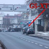 Kurz nach der Brauerei Wolters, auf der rechten Seite, vor dem Abzweig Riedestraße. Grauer VW Caddy Maxi (GS-XT-318). 50 kmh