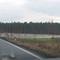 Anfahrt ca. 400 Meter vor der Meßstelle, rechts das Meßfahrzeug (VW Bulli, roter Kreis), links unter der Brücke steht das Meßgerät. Von hier aus in keinster Weise zu entdecken.