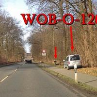 Silberner VW Caddy (WOB-O-1201), davor steht das Blitzgerät extern. 50 kmh.
