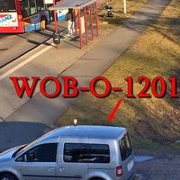 VW Caddy silber (WOB-O-1201), Blitzgerät steht vor der Bushaltestelle auf der rechten Seite, Richtung Vorsfelde.