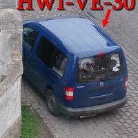 Blauer VW Caddy (HWI-VE-30) auf der Büblinger Straße in Schwanebeck, gegenseitig geparkt in höhe der Post. 30 kmh.