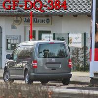 Der graue VW Caddy Maxi (GF-DQ-384) auf der Wolfenbütteler Straße stadtauswärts, gegenüber von Brauerei Wolters, rechte Seite auf dem Parkstreifen hinter der Litfaßsäule. 50 kmh.