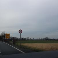 Anfahrt ca. 1 km vor der Meßstelle, hier ist der Hinweis auf die erlaubten 100km/h