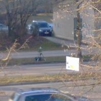 Von der B17 kommend Richtung Haunstettner Straße (ostwärts) ist der Blitzer aufgebaut. Das Messfahrzeug steht versteckt hinter dem Werksgebäude.  (Bild aufgenommen mit Smartphone vom Hochhaus gegenüber mit maximalem Zoom. Sorry für die schlechte Qualität)