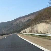 An diesem Tag wurde nicht gemessen, aber die Bilder zeigen die Anfahrt und den stillgelegten Parkplatz, von dem aus gemessen wird. In Richtung Würzburg gilt Tempo 120.