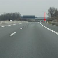 Tempo 120 - nur noch 2 Spuren  - Meßstelle kommt noch, mit Pfeil gekenzeichnet