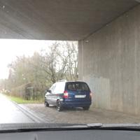 Dunkelblaues Fahrzeug steht unter der Brücke der B202 in Fahrtrichtung Bokelholm. Messung fällt in den Bereich der angrenzenden Linkskurve. Opfer sollten daher das Messergebnis genau kontrollieren!