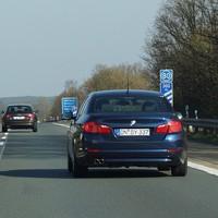 aktuelles Videofahrzeug der Polizei Erlangen: DN-BY 337, rückwärtige Kamera im Heckfenster unten links erkennbar, Beifahrerspiegel, Funkantenne