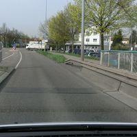 PSS am Bosch Parkplatz hinter einem Baum versteckt, gemessen wird Fahrtrichtung Fellbach. Messfahrzeug blauer Bus WN-YW 207