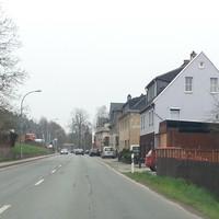 Der aufmerksame Fahrzeugführer wird den Caddy am Straßenrand frühzeitig entdecken. Die Messeinheit war zwischen Auto und Gebäude recht gut versteckt. Aus dem Gegenverkehr wurde trotzdem gewarnt. Merkwürdig war das auswärtige Nummernschild (EE-GR411) und die Tatsache, dass die Messung gleich von zwei Personen überwacht wurde.