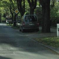 grauer VW Caddy, blitzt in beide Richtungen gegenüber Paul Singer Str. hier aus Richtung Schildow kommend