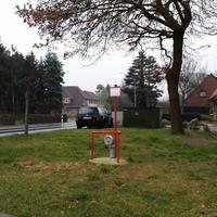 Grüner Golf Variant, auf der Rechten Seite, Ortseingang, bei dem Jesus Kreuz
