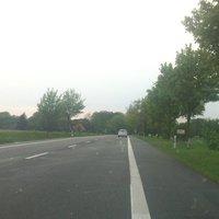 Hier noch die alte Stelle (rechts beim Kreuz und Schild) - damals noch Tempo 100. Die Streifen auf der Fahrbahn sind noch erkennbar