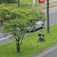Blitzer auf der Braunschweiger Straße, stadteinwärts, kurz nach der Ampelkreuzung Röntgenstraße. Auf der Mittelinsel steht die externe Anlage (Vitronic Policescan), der silberne VW Caddy (WOB-O-1201) stand mitten auf dem Gehweg, direkt daneben sind ja auch nur 2 Parkplätze frei. 50 kmh.