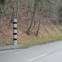 In den Ort geht es hier leicht bergab. Es werden beide Fahrtrichtungen kontrolliert.
